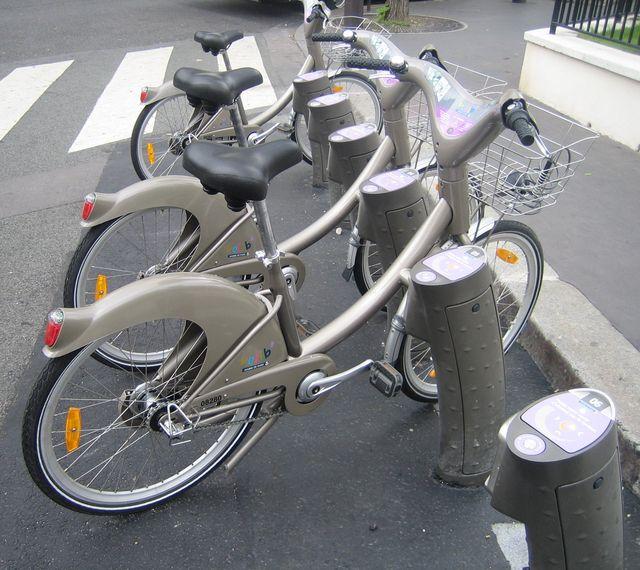 Velib - автоматическая сеть проката велосипедов.